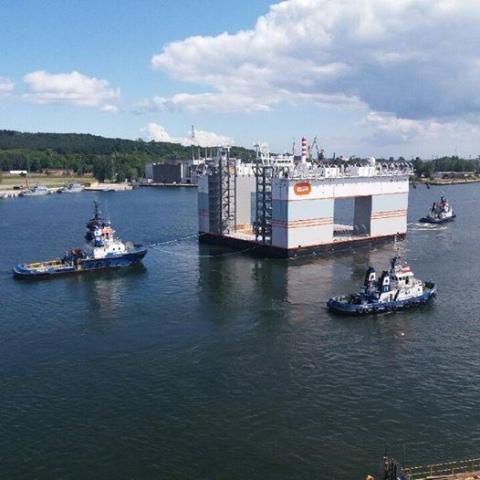 Pływający dok do budowy osiedla w Monako opuścił gdyńską stocznię